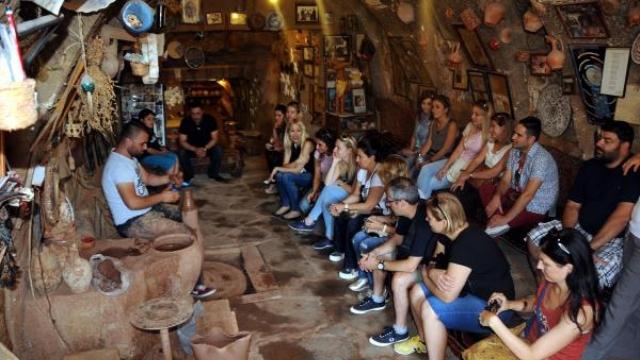 turistlerin-canak-comlek-yapimi-ilgisi-6484561 o